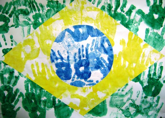 bandeira-do-brasil-feita-com-a-pintura-de-mc3a3os-de-crianc3a7as-instituto-la-fontaine-bh-mg